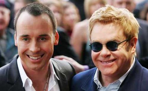 David Furnish och Elton John betalar mycket för sina bostäder